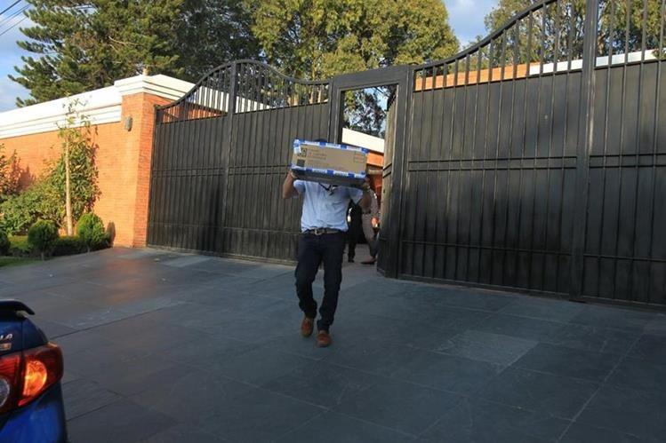 Un fiscal saca documentos incautados en residencia de Pérez Molina en la zona 15. (Foto Prensa Libre: Hemeroteca PL)