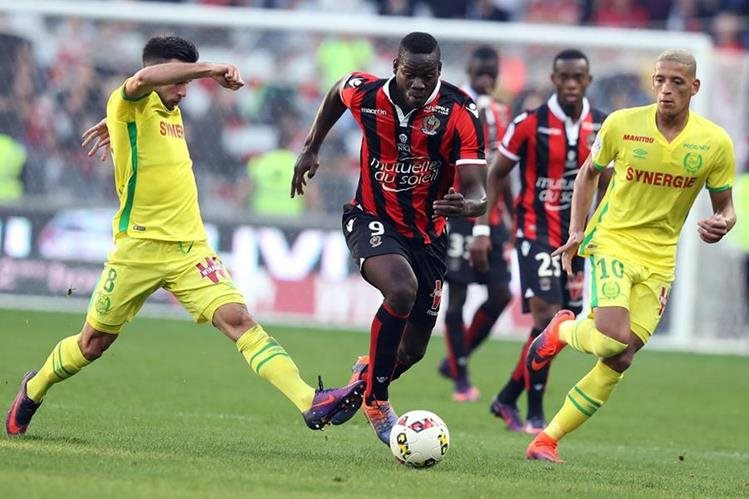 Los jugadores luchan por el balón, en el partido disputado entre Niza y Nantes. (Foto Prensa Libre: AFP)