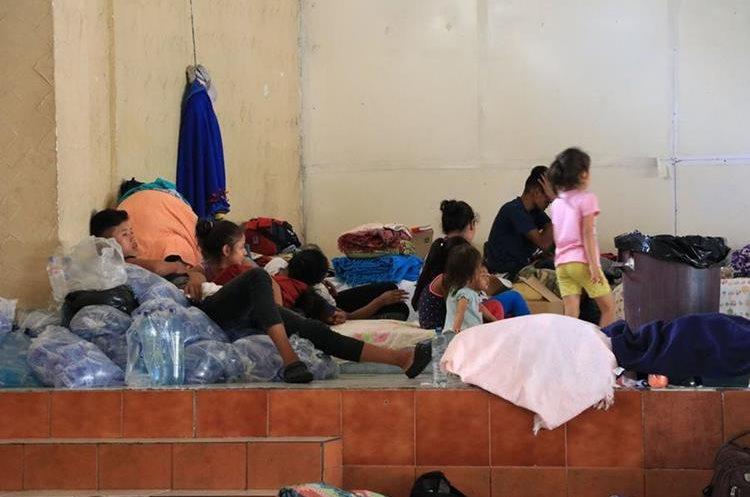Quienes permanecen en el albergue de Escuintla temen que los niños desarrollen otras enfermedades por el hacinamiento.(Prensa Libre: Enrique Paredes)