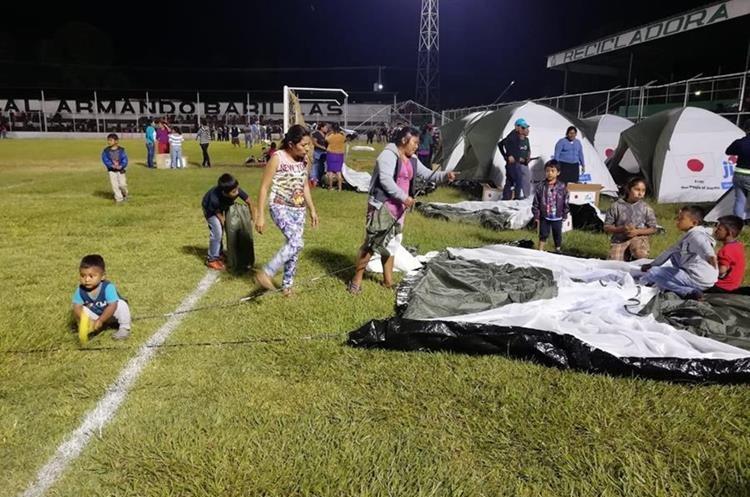 Niños buscan un lugar para dormir en el estadio Armando Barillas de Escuintla.