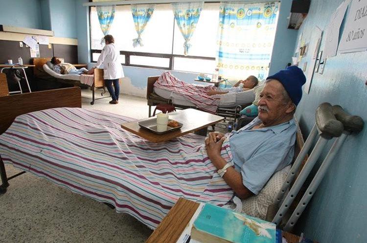 Otros cuatro pacientes conviven con don Óscar Díaz en la misma habitación.