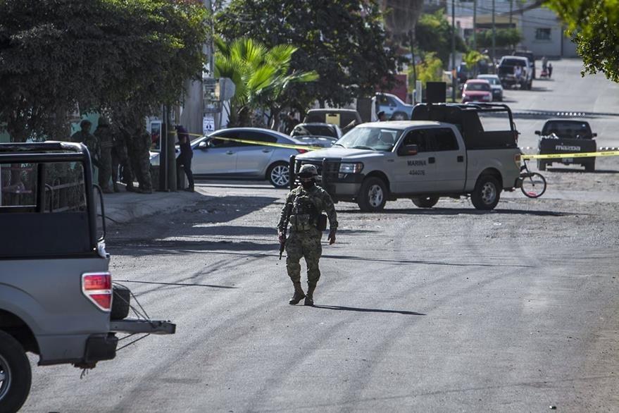 Un soldado vigila el área donde fue el enfrentamiento armado. (Foto Prensa Libre: AP)