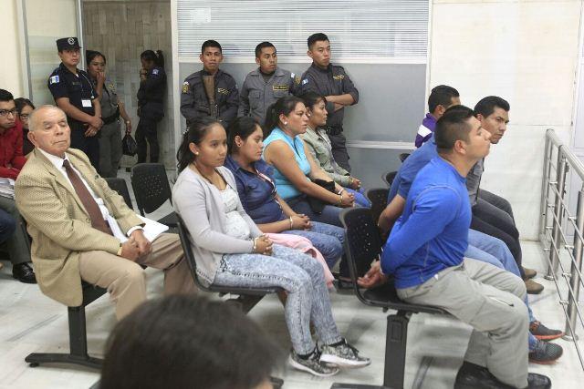 Guardias penitenciarios acusados de ayudar a la Patrona a escapar de la cárcel. (Foto Prensa Libre: Carlos Hernández)