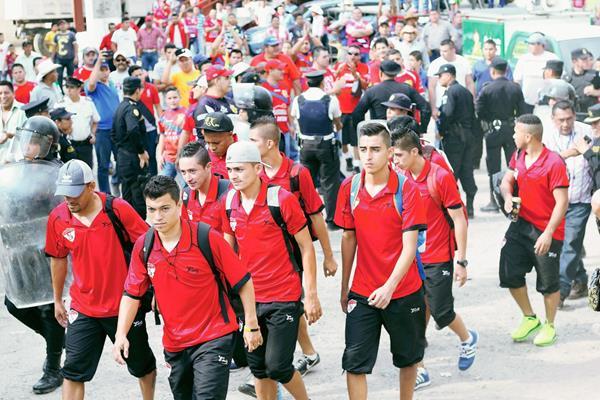 Los futbolistas de Sacachispas se retiraron sin jugar por el pase a la final. (Foto Prensa Libre: Edwin Paxtor).