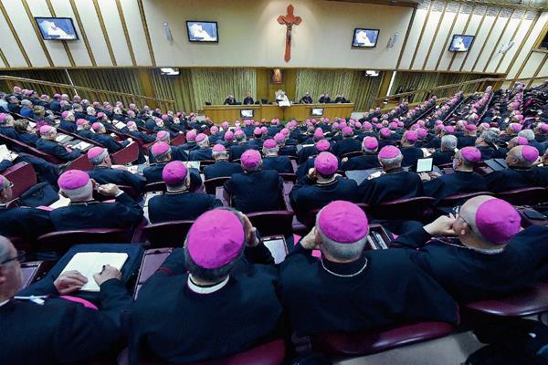 El papa Francisco se dirige a los obispos durante la 68ª Asamblea General de la Conferencia Episcopal Italiana. (Foto Prensa Libre:EFE).