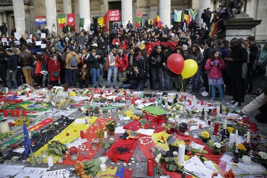 Cientos de personas rinden homenaje a las víctimas de la estación del metro de la capital belga. (Foto Prensa Libre: AFP).