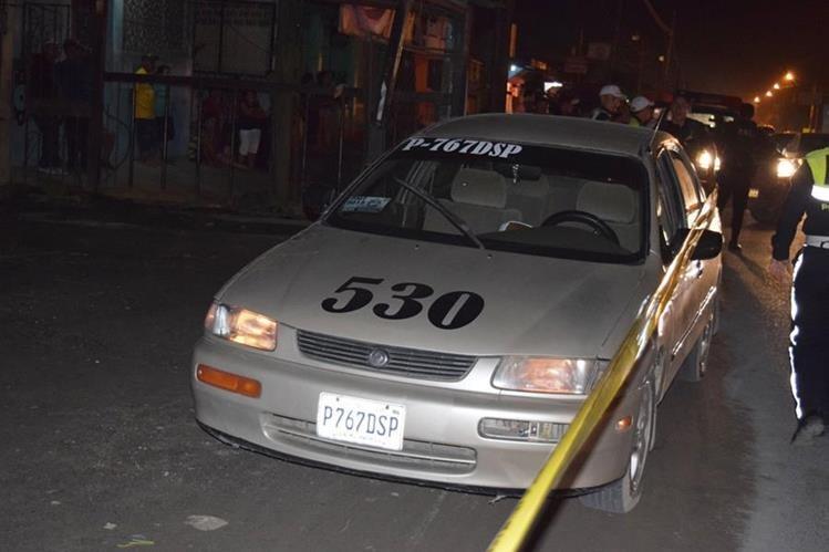 Taxi donde murió baleado Raúl Guerra Padilla es resguardado por la PNC en Puerto Barrios, Izabal. (Foto Prensa Libre: Dony Stewart)