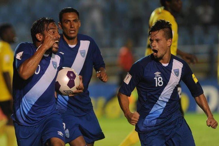 Carlos Ruiz celebra después de anotar contra la selección de Antigua y Barbuda. (Foto Prensaa Libre: Hemerote PL)