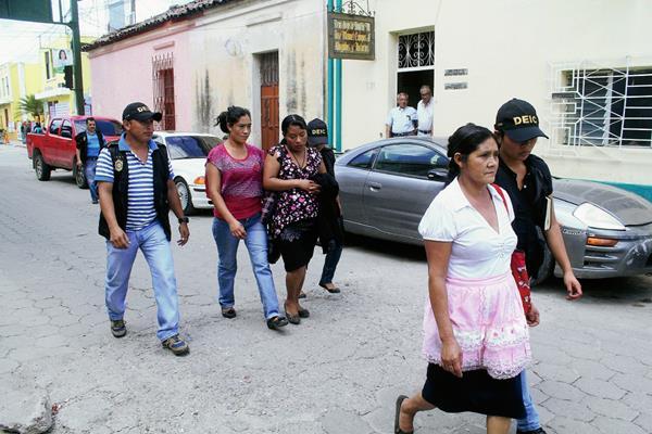 Tres mujeres son apresadas por agresión a madre e hija, en la aldea Sanyuyo, Jalapa. (Foto Prensa Libre: Hugo Oliva)