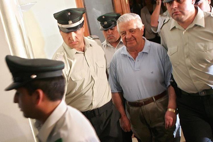 Manuel Contreras (centro) falleció en Chile, señalado como uno de los mayores represores y criminales de ese país. (Foto Prensa Libre: EFE)