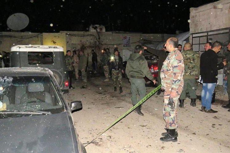Soldados sirios resguardan el área donde ocurrió un atentado la mañana del jueves. (Foto Prensa Libre: AFP).