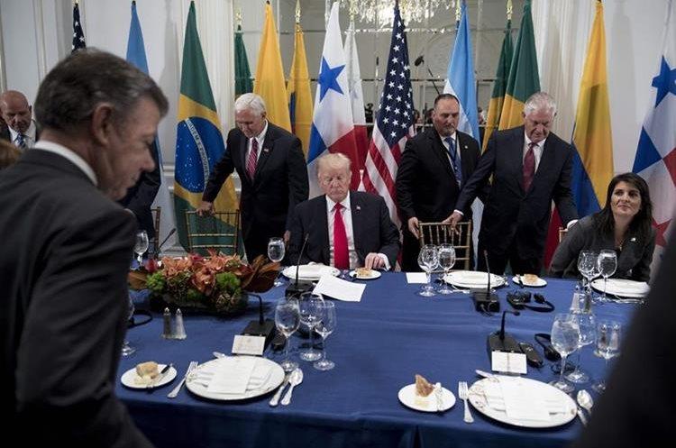 Donald Trump particpa en la cena con un pequeño grupo de presidentes latinoamericanos.(AFP).
