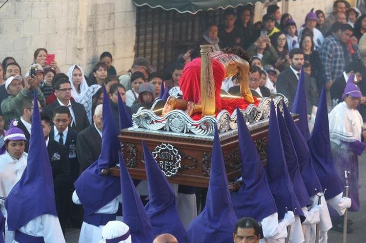 La procesión tiene un recorrido de 16 horas aproximadamente.