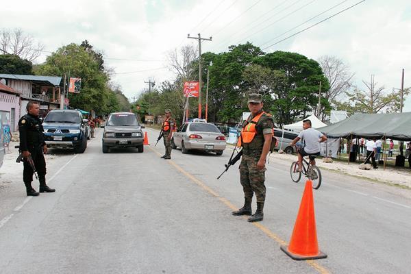 Policías y Soldados vigilan las principales rutas de Peten por Semana Santa. (Foto Prensa Libre: Rigoberto Escobar)
