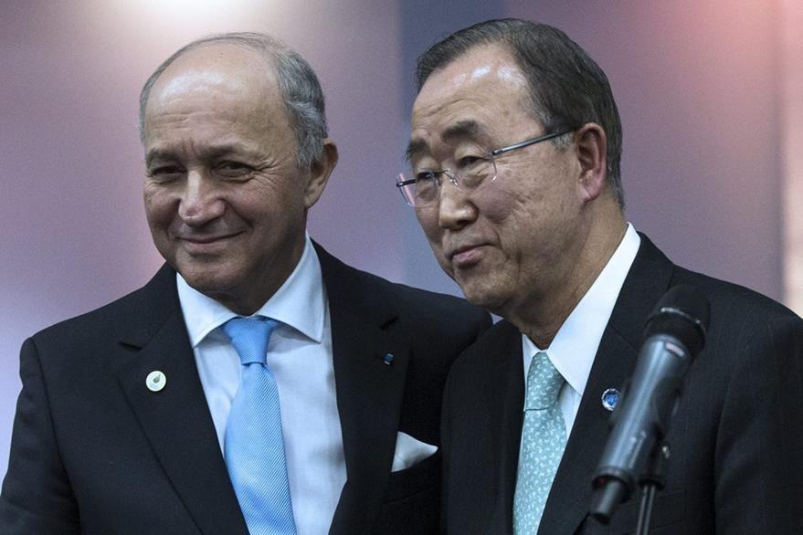 El secretario general de la ONU, Ban Ki-moon (derecha), y el ministro galo de Exteriores, Laurent Fabius (izquierda), ofrecen una rueda de prensa en la Conferencia sobre el Cambio Climático COP21 en París (Francia). ( Foto Prensa Libre: EFE).