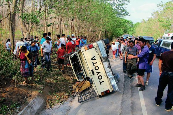 Cuatro personas  resultaron heridas al volcar picop en el kilómetro 200 ruta de Retalhuleu hacia Champerico. (Foto Prensa Libre: Rolando Miranda)