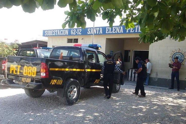 Los dos agentes detenidos en Santa Elena, Ciudad Flores, se transportaban en el autopatrulla PET-089. (Foto Prensa Libre: Rigoberto Escobar)