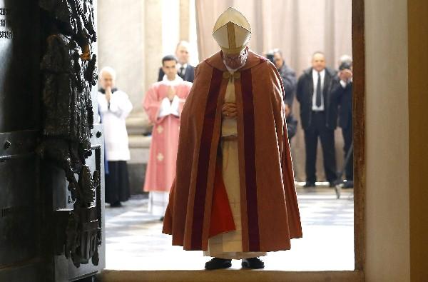 El Papa abre la Puerta Santa de la basílica de San Juan de Letrán. (Foto Prensa Libre:EFE).<span> </span>