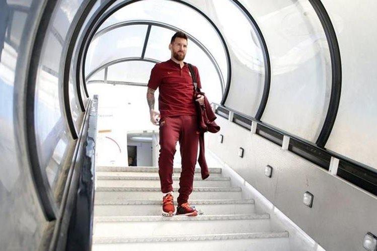 El argentino Lionel Messi a su llegada a Portugal para el partido contra el Sporting de Portugal. (Foto Prensa Libre: FC Barcelona)