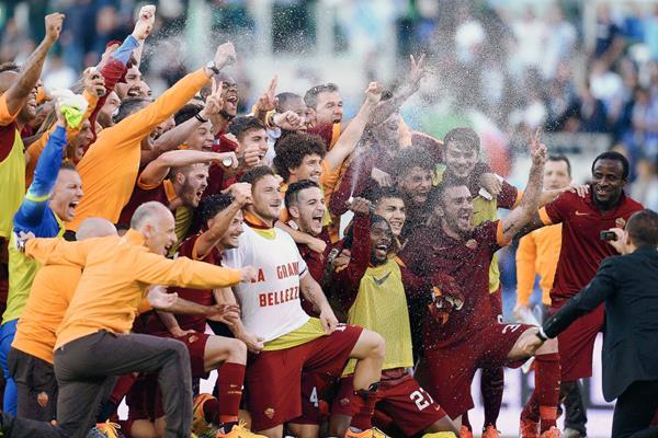 Los jugadores de la Roma festejan luego del triunfo 12 frente al Lazio. (Foto Prensa Libre: AFP)
