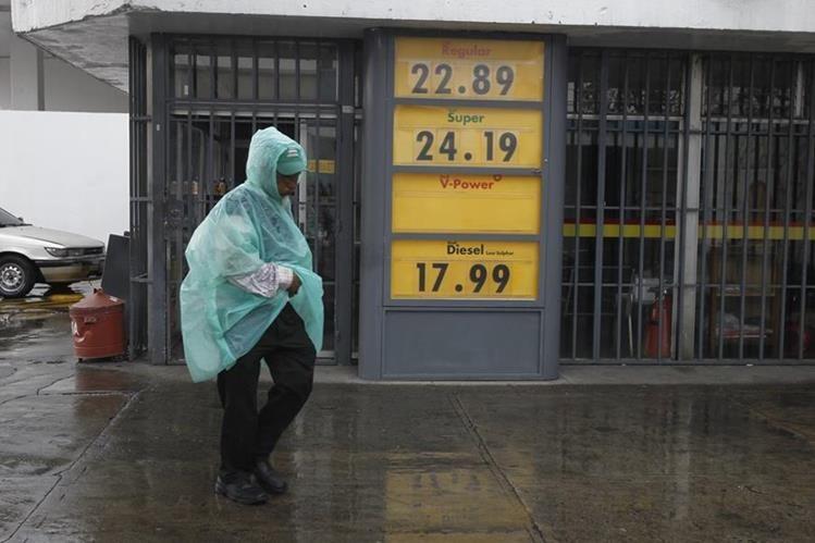 Estaciones de servicio reflejan leves bajas en el precio de los combustibles. (Foto Prensa Libre: Paulo Raquec)