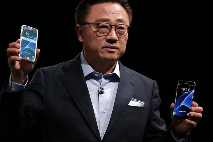 DJ Koh, presidente de Negocios Móviles de Samsung, muestra los nuevos Galaxy S7 y S7 Edge, en Barcelona, España. (Foto Prensa Libre: AP).