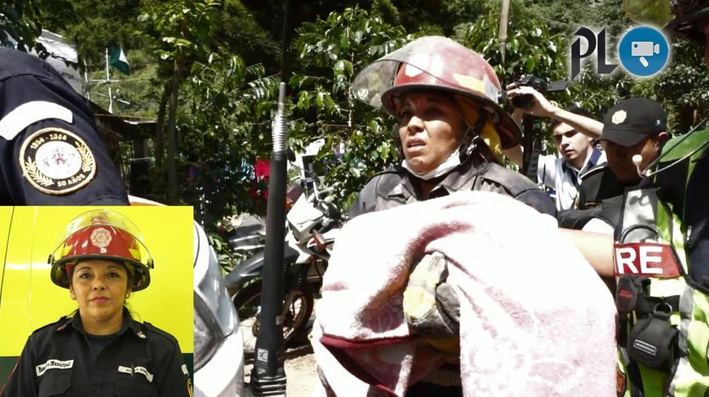 Angela Gómez carga en brazos a una bebé, víctima mortal del deslizamiento en el Cambray 2. (Foto Prensa Libre: Hemeroteca)
