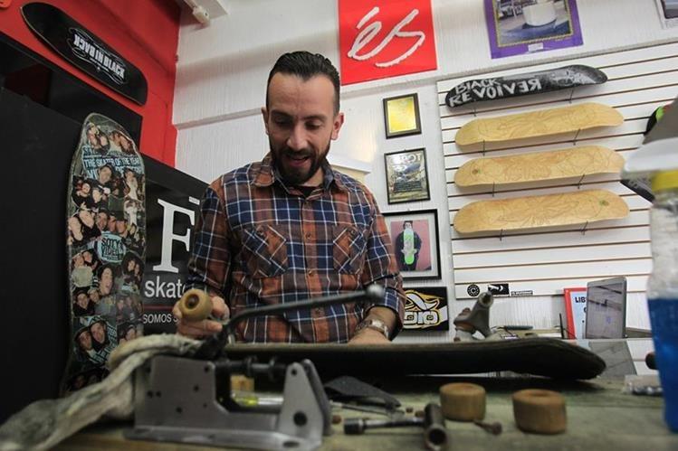 Jacobo Aguilar atiende de manera personalizada a sus clientes en la tienda FS Skateshop. (Foto Prensa Libre: Carlos Hernández)