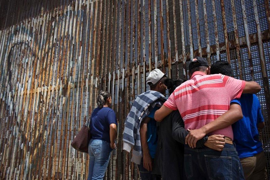 Otra familia mientras entabla un diálogo con sus parientes, unos en México, otros en EE. UU. (Foto Prensa Libre: AFP).