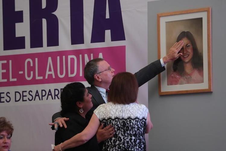 Los padres de las desaparecidas María Isabel Veliz Franco y Claudina Isabel Velásquez Paiz llegaron al lanzamiento de la alerta Isabel-Claudina, la cual busca encontrar de manera inmediata a mujeres desaparecidas. (Foto Prensa Libre: Estuardo Paredes)