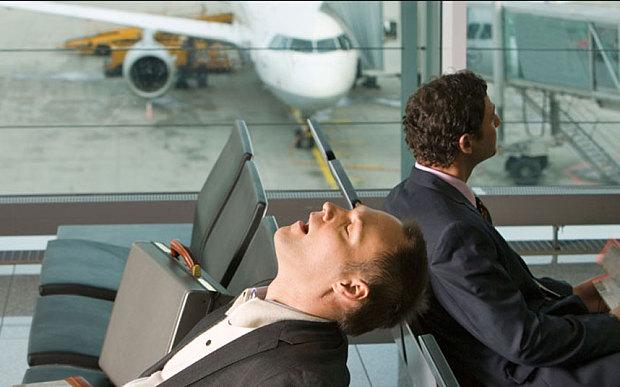 """El """"jet lag"""" provoca alteraciones en el ritmo circadiano, una especie de reloj por el que se guían los ciclos biológicos de los seres humanos, como los patrones de sueño o de la actividad cerebral."""