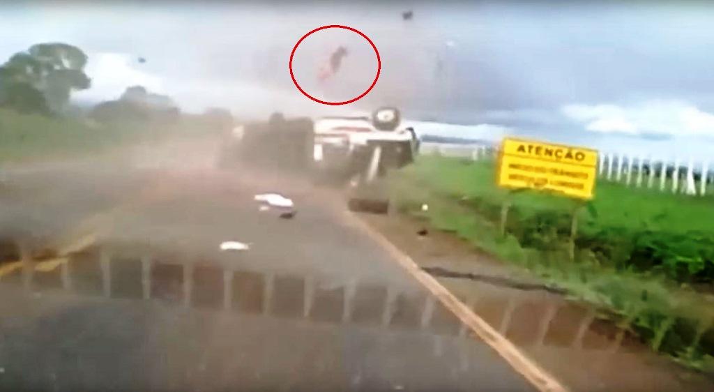 Fotograma del video donde se observa (en círculo) cómo el pasajero sale disparado de la cabina. (Foto Prensa Libre: Youtube)