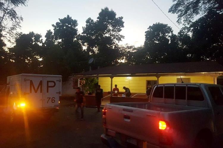 Autoridades hacen allanamiento en la vivienda donde fue el ataque, en Las Pilas, Retalhuleu. (Foto Prensa Libre: Rolando Miranda).