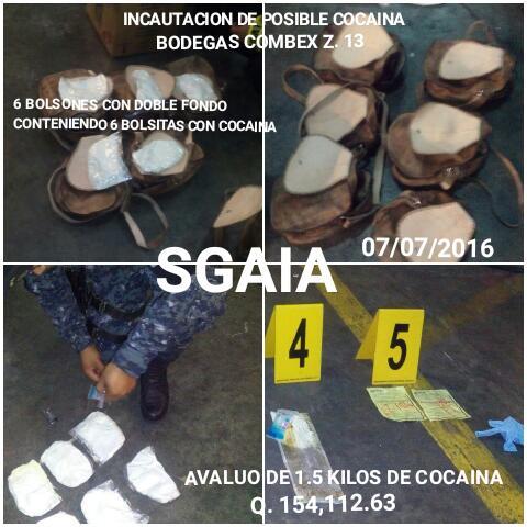 Agentes de la PNC revisan lo decomisado. (Foto Prensa Libre: PNC)