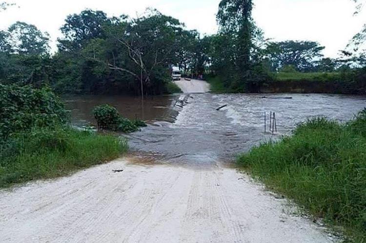 El paso quedó interrumpido el domingo en la ruta de terracería hacia Melchor de Mencos, en el puente sobre el río Mopán, Dolores, Petén. (Foto Prensa Libre: Dony Stewart)