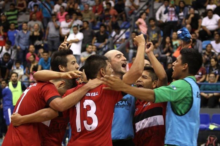 Los jugadores de Glucosoral celebran luego de coronarse tetracampeones del futsal guatemalteco. (Foto Prensa Libre: Jesús Cuque).