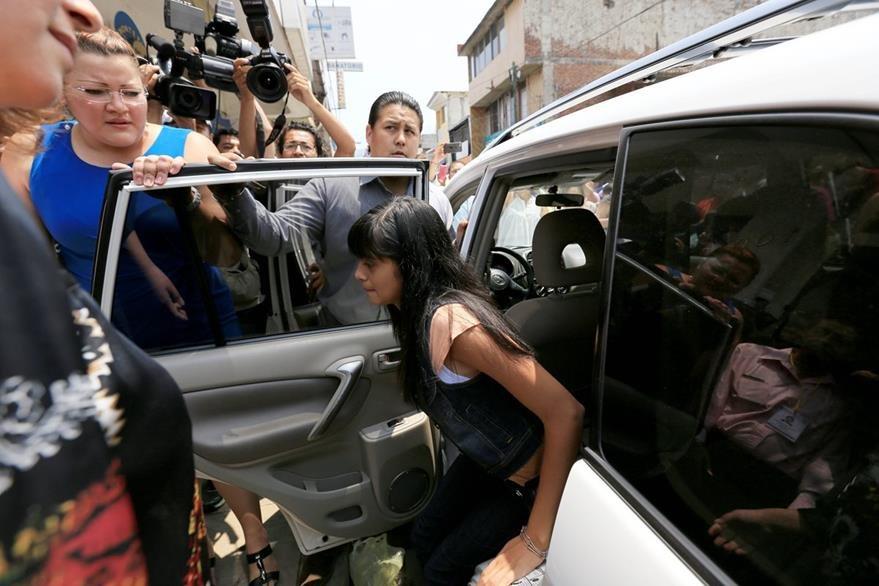 Alondra Diaz Garcia arriba al Juzgado en Michoacán para la crucial audiencia, horas después sería devuelta con su madre. (Foto Prensa Libre: AP).