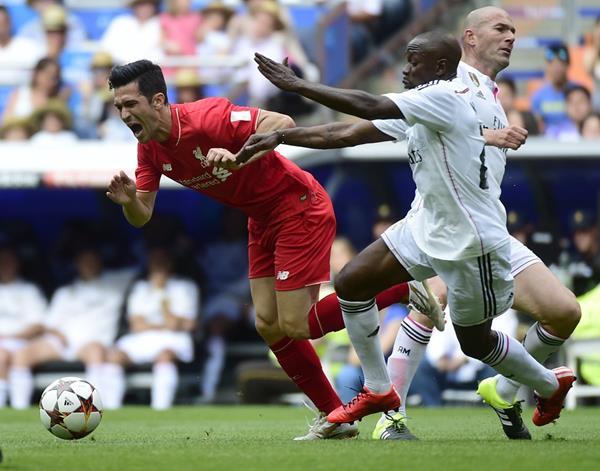 """Luis Garcia del Liverpool pelea por el balón con Claude Makelele, mientras Zidane corre para el lado contrario durante """"El Corazón Classic"""". (Foto Prensa Libre: AFP)"""