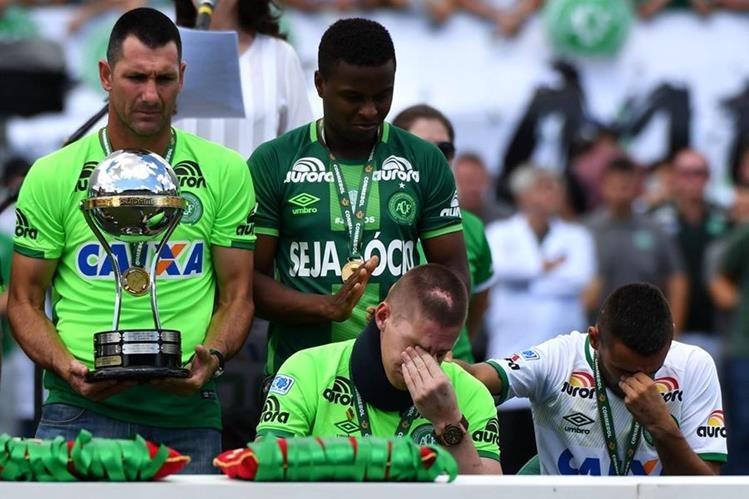 Los jugadores sobrevivientes de la tragedia del Chapecoense, Alan Ruschel y Jackson Follmann estuvieron presentes en el estadio. (Foto Prensa Libre: AFP)