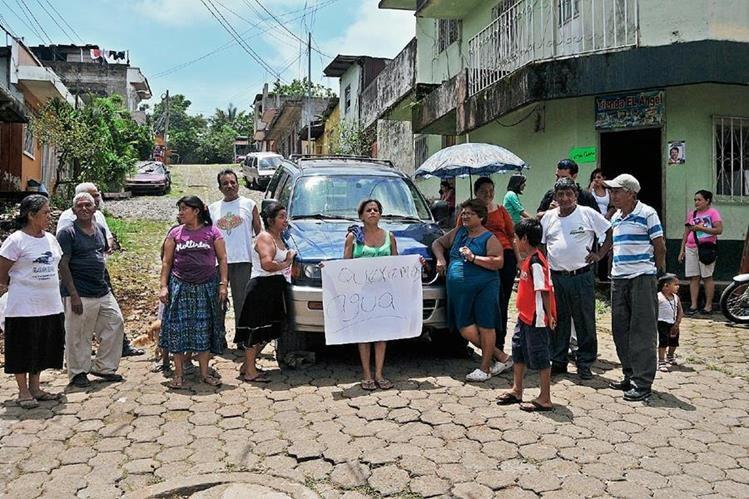 Vecinos del barrio El Jardín, Coatepeque, manifiestan para pedir agua entubada en sus viviendas. (Foto Prensa Libre: Alexánder Coyoy)