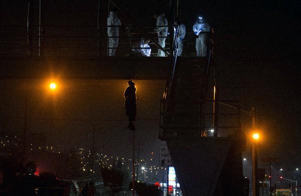 Un grupo de desconocidos dejó el cuerpo de un hombre en un puente en Tijuana, México. (AFP).