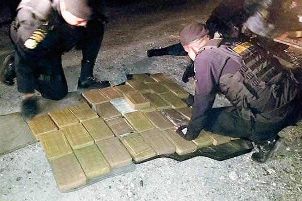 Agentes antinarcóticos  contabilizan droga incautada en El Rancho, San Agustín Acasaguastlán, El Progreso. (Foto Prensa Libre: PNC)