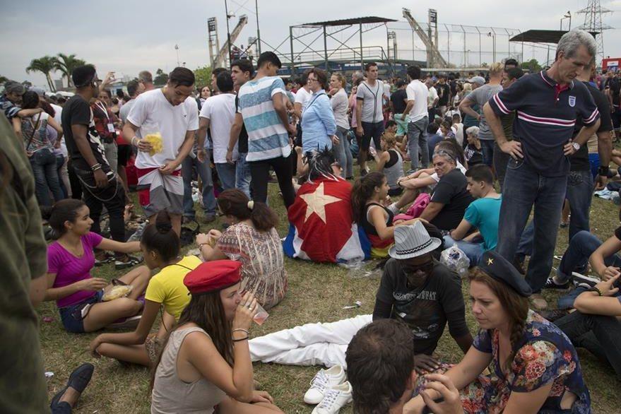 Admiradores de la banda británica esperan la presentación histórica en Ciudad Deportiva. (Foto Prensa Libre, AP)