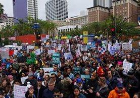 Manifestantes sostienen pancartas durante una protesta por el aumento de las redadas del presidente de EE. UU., Donald Trump el 18 de febrero reciente. (Foto Prensa Libre: EFE).