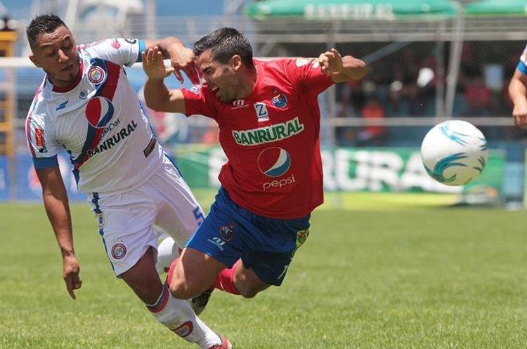 Acción durante el partido disputado en El Trébol, entre Municipal y Xelajú MC. (Foto Prensa Libre: Norvin Mendoza)