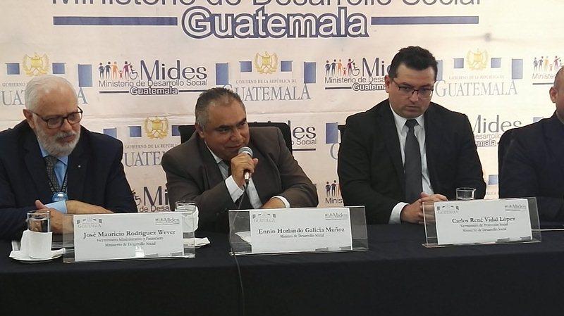 Ennio Horlando Galicia Muñoz -al centro-, el nuevo ministro de Desarrollo Social. (Foto Prensa Libre: Henry Pocasangre)
