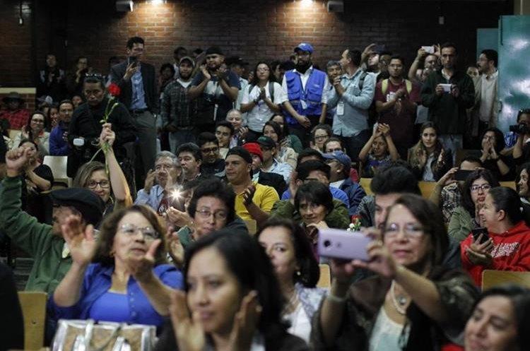 Comunidad universitaria y observadores saludan el desarrollo sin incidentes del proceso electoral. (Foto Prensa Libre: Paulo Raquec)