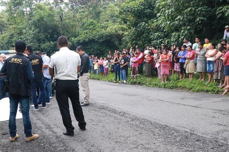 Vecinos de Pueblo Nuevo, Suchitepéquez, están asombrados por el hallazgo del cuerpo de Darling Leticia Rodas Juárez. (Foto Prensa Libre: Cristian I. Soto)