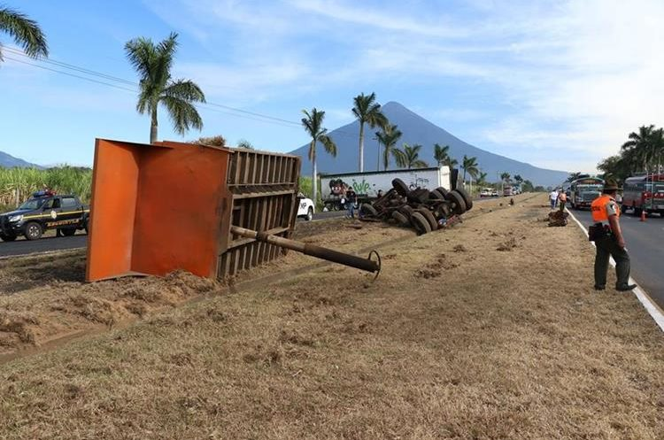 Foto 3: del impacto el camión de volteo se partió en pedazos.