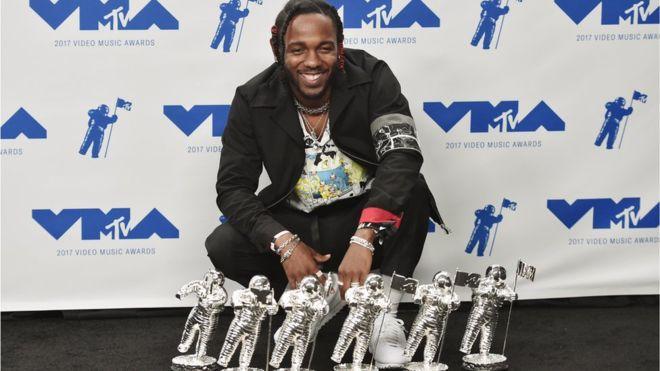 """Kendrick Lamar logró 6 premios, entre ellos a video del año por """"Humble"""". (GETTY IMAGES)"""
